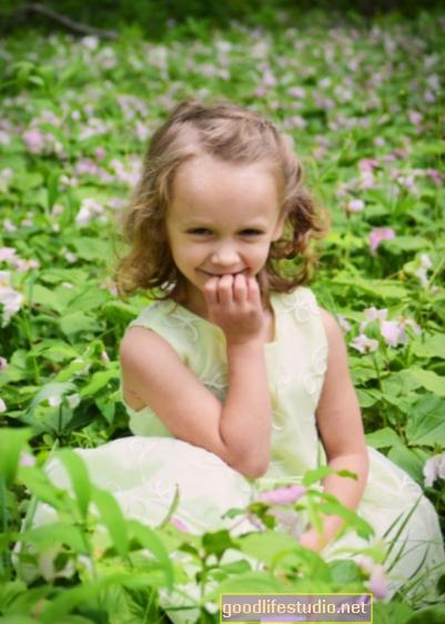 Hija de cinco años está escuchando voces