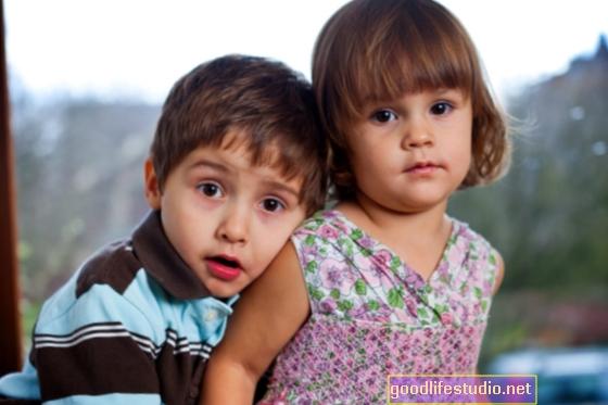 По-големият ми брат няма приятели и аз съм изключително притеснен, как мога да му помогна?