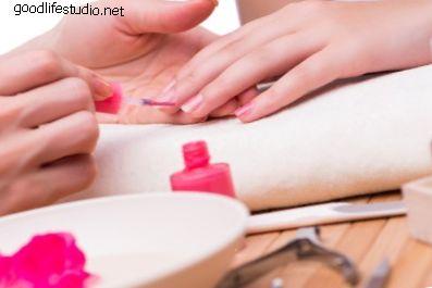 Výběr mezi gelové nehty a akrylové nehty