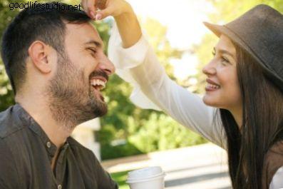Mit jelent, ha egy lány megérinti a haját