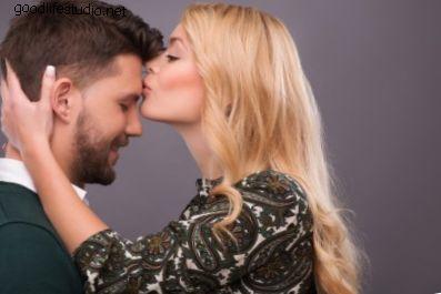 女の子が私の額にキスするとき、それはどういう意味ですか?