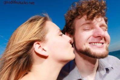 ¿Qué significa cuando una chica te besa primero?