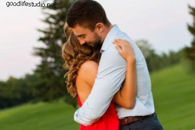 Ką reiškia, kai vaikinas tave apkabina?
