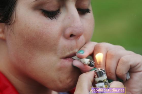 成人のポット喫煙者がアルコール問題を抱えている可能性が5倍高い