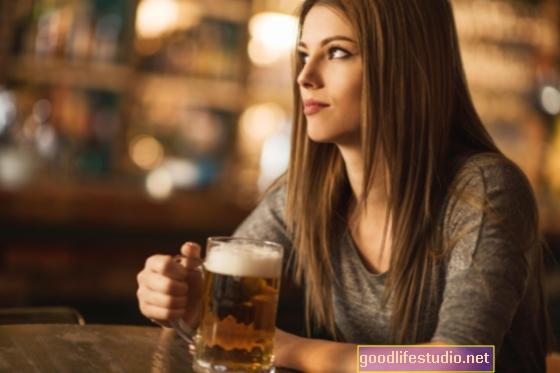L'alcol consente agli uomini di rispondere più facilmente ai sorrisi