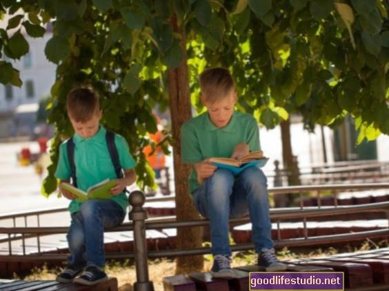 ¿Pueden más árboles en escuelas desfavorecidas aumentar los puntajes de matemáticas?
