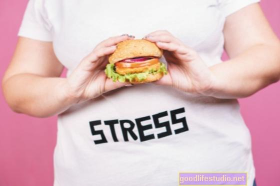 Comer en exceso emocional debido al estrés puede impulsar el vínculo entre la pobreza y la obesidad