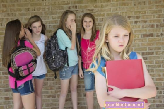 За момичетата кибертормозът омразява възприятието за училище и учене