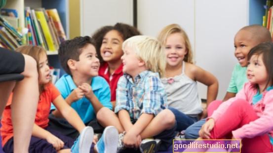 Ayudar a los niños de mediana edad puede ayudar a la salud mental de los ancianos