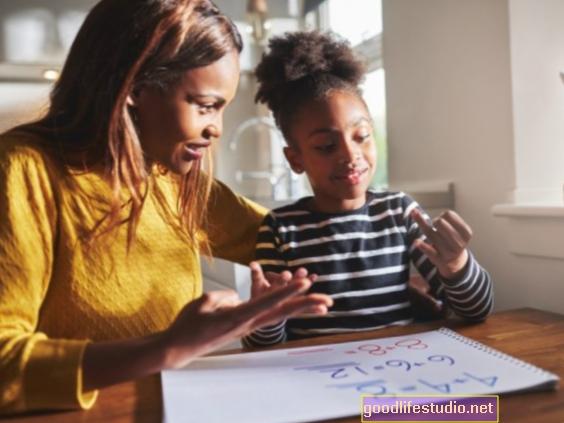 Namų darbų pagalba, skatinanti savarankiškumą, didina vaikų atkaklumą