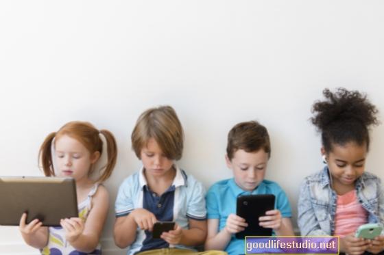 Děti včetně zařízení obrazovky v každodenních činnostech