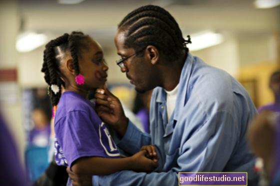 يعاني أطفال الآباء المسجونين من إساءة استخدام العقاقير والقلق