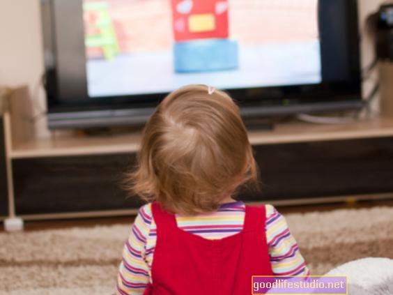 Les enfants regardent la télévision pas mal si maman se joint à