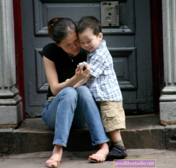 माताओं बच्चों को नकारात्मक भावनाओं को प्रबंधित करने में मदद करते हैं, लेकिन अगर माँ तनावग्रस्त हो जाती है तो क्या होगा