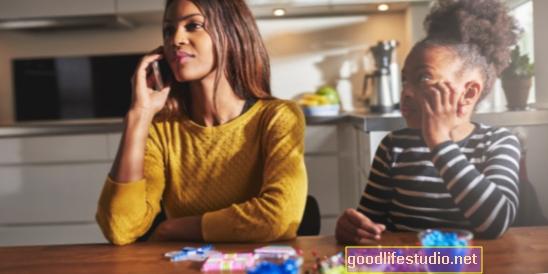 Digitální rozptýlení rodičů spojené s problémy s chováním dětí