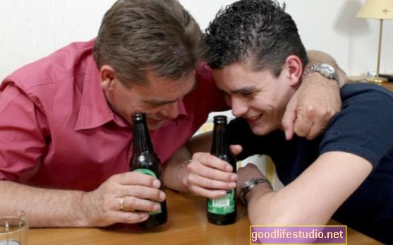 Azok a szülők, akik alkoholt adnak tizenéveseknek, nem csökkenthetik a kockázatokat