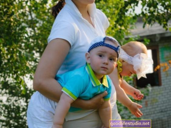 Родителите на многократни деца имат повече проблеми с психичното здраве, но по-малко лечение