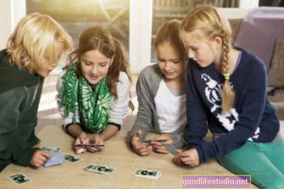 Jugar a las cartas y los juegos de mesa ayuda a mantener la agudeza mental de las personas a medida que envejecen