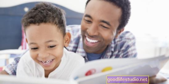 Leer libros con papá puede mejorar la preparación escolar y las habilidades de los padres