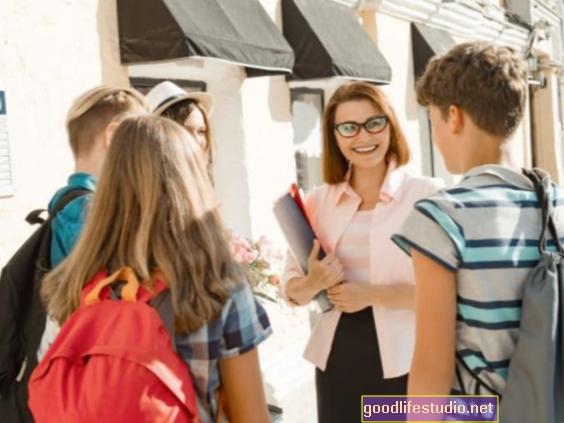العلاقات القوية بين الطلاب والبالغين يمكن أن تقلل من محاولات الانتحار في المدرسة الثانوية
