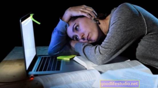 Проучване на връзки Лош сън, нощни закуски и затлъстяване