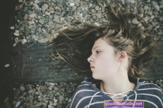 आत्मघाती किशोर सोशल मीडिया के माध्यम से पहुंचता है, सुसाइड हॉटलाइन नहीं