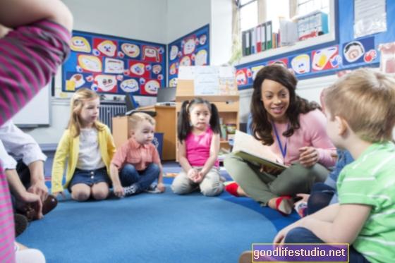 家庭で子供たちと話すことは脳の発達を刺激します
