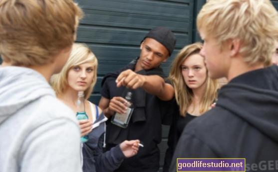 Пушење тинејџера под утицајем вршњака из средње школе, родитеља