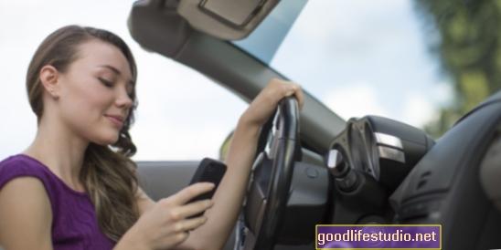Тийнейджъри: текстови съобщения + шофиране = желание за смърт