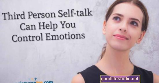 El diálogo interno en tercera persona puede apoyar el control emocional