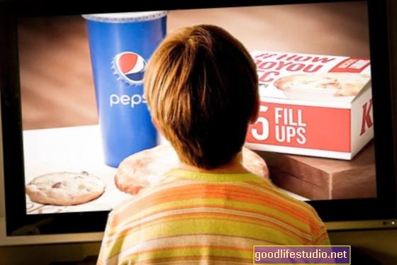 TV reklāmas var mudināt bērnus iedzert nevēlamo pārtiku