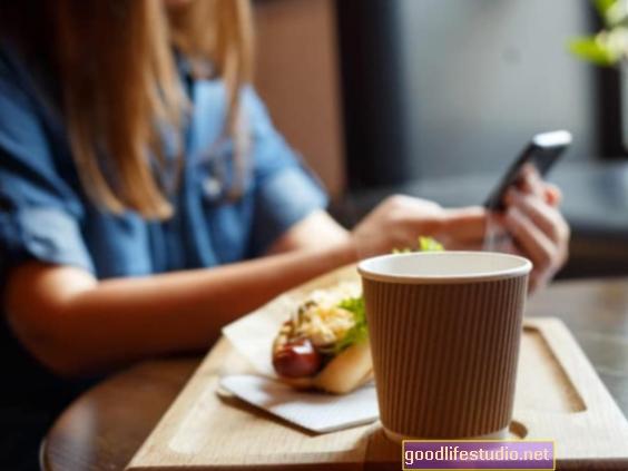 Коришћење технологије током оброка може значити мање јести