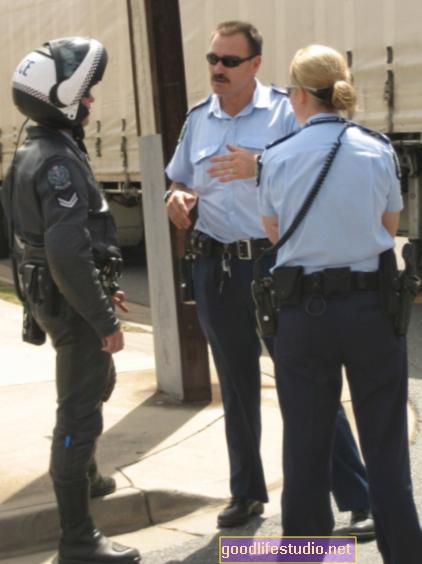 Носенето на полицейска униформа може да доведе до социални пристрастия