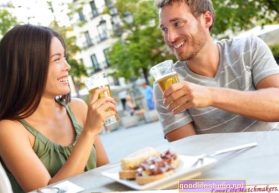 Mujeres más receptivas a las señales románticas con el estómago lleno