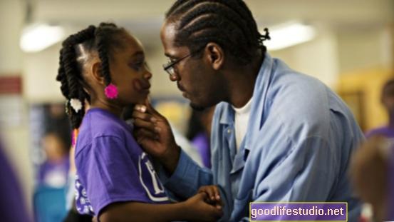 El yoga durante el encarcelamiento ayuda a papá a mejorar sus habilidades de crianza