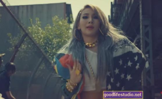 Los videos musicales de YouTube pueden alentar a los adolescentes a beber