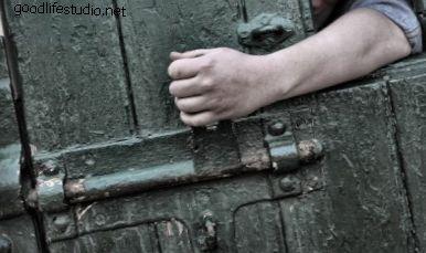 閉じ込められて逃げようとすることを夢見るなら、それはどういう意味ですか?