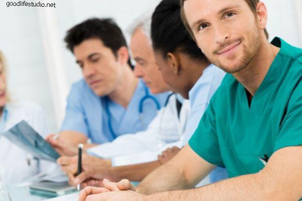 Bác sĩ phẫu thuật cột sống lên tiếng về việc thay thế đĩa nhân tạo