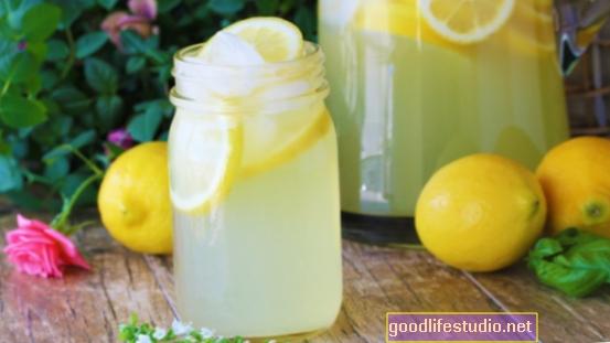 Izrada limunade od limuna na Valentinovo: romantična priča