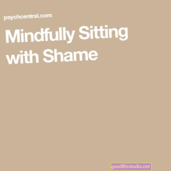 Sentado conscientemente con vergüenza